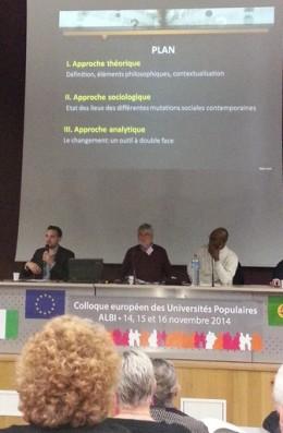 Michel Marc (président d'honneur de l'UP Berry) anime le Carrefour des idées. À gauche : Aurélien Fauches, sociologue ; à droite : Jean-François Senga, économiste.